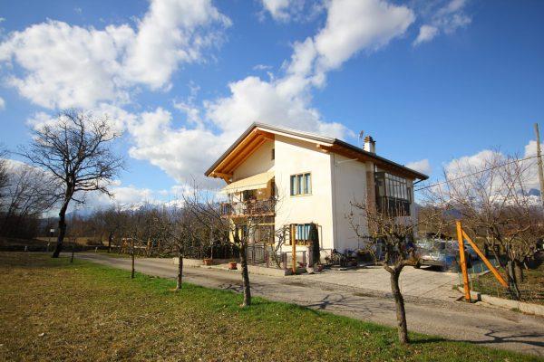 MEL. Casa bifamiliare con terreno ed annesso rustico, parzialmente ristrutturata